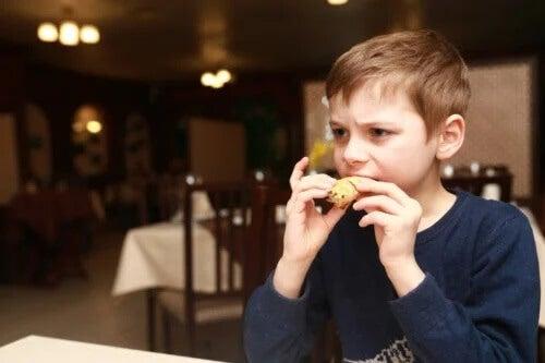 4 sinais de que seu filho está comendo muito sal