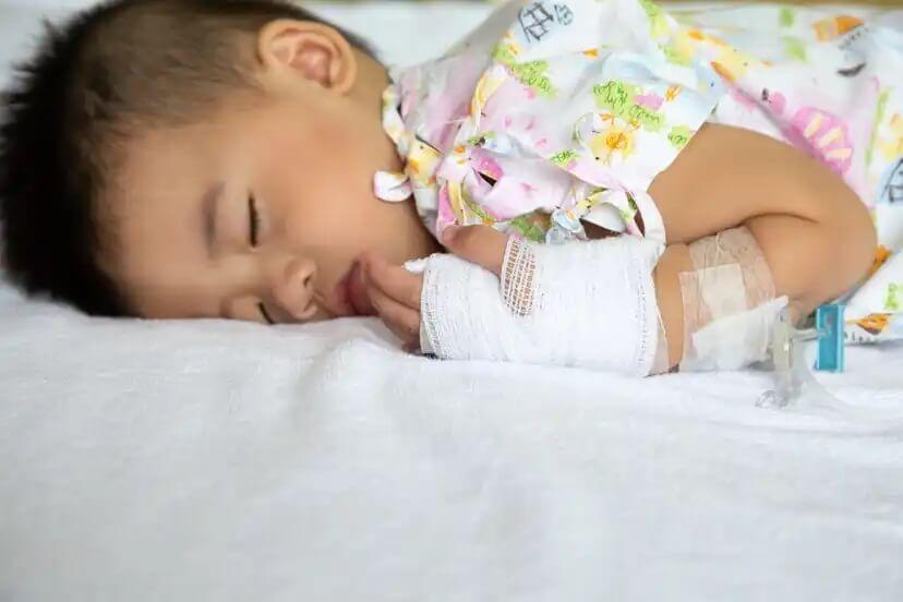 Criança doente com meningite.