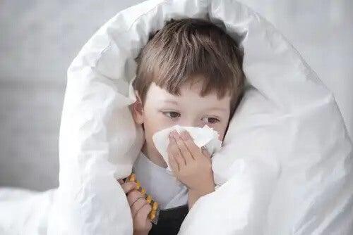 Menino com alergia