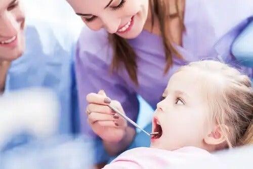 Criança pequena no dentista.
