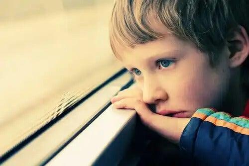 Crianças autistas têm dificuldade em se comunicar e socializar.
