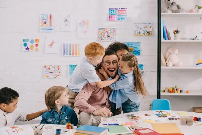 Crianças em sala de aula com seu professor.