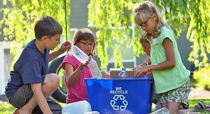 Crianças aprendendo sobre reciclagem