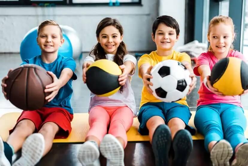 Crianças na aula para começar no esporte.