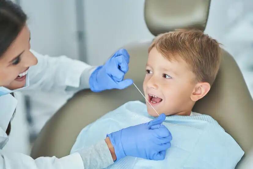 Um dos mitos sobre as cáries na infância é que as crianças não precisam passar fio dental.