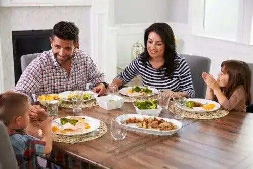 Família comendo em casa graças às dicas para planejar um cardápio saudável.