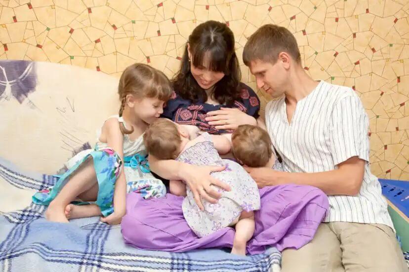 Amamentar duas crianças ao mesmo tempo.