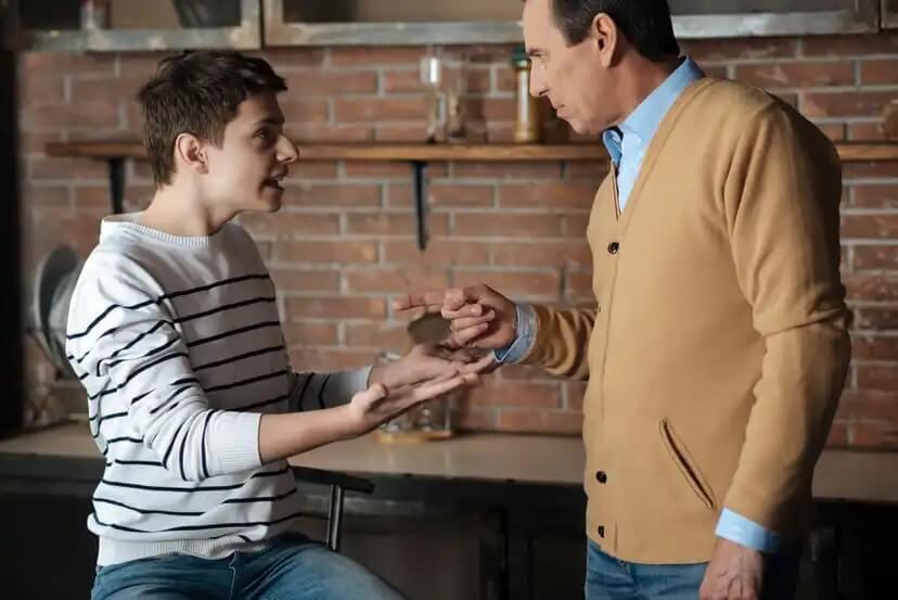 Pai conversando com seu filho para impedi-lo de se tornar um dos adolescentes problemáticos.