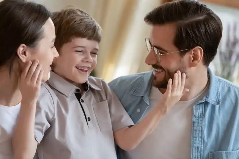 Pais seguindo as diretrizes para criar filhos gratos.