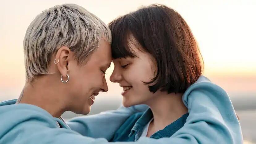 Casal adolescente com dependência emocional.