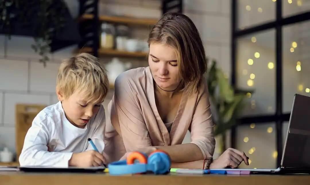 Mãe ajudando seu filho com problemas de concentração para estudar.