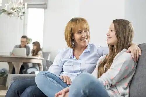 Mae e filha conversando sobre as más influências.