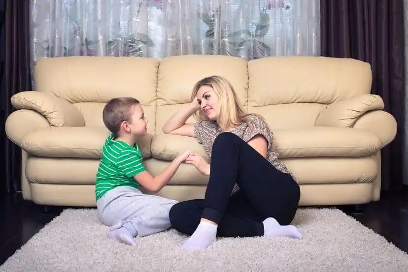 Mãe ouvindo o filho com empatia.