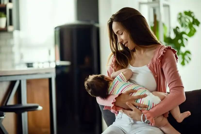 Mãe amamentando seu bebê.