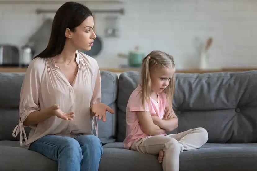 Mãe repreendendo e educando sua filha após seu mau comportamento.