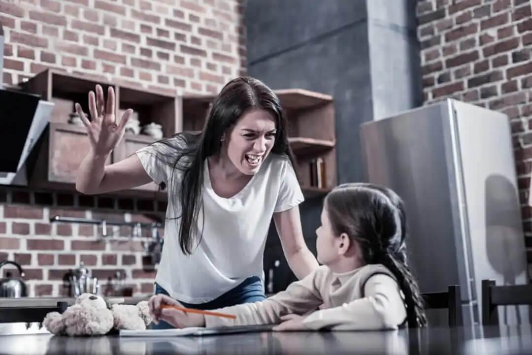 Mãe levantando a mão para a filha.