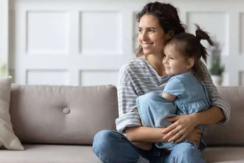 Mãe ajudando a filha a construir resiliência.