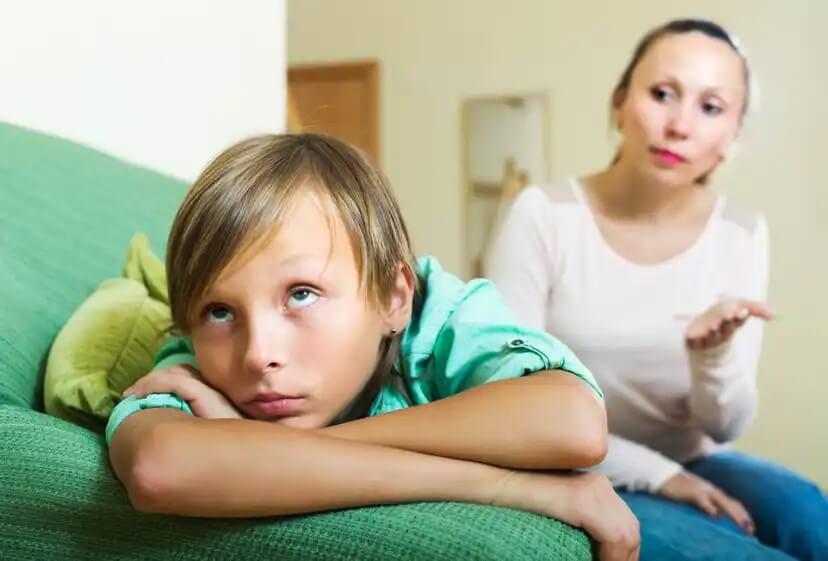 Mãe conversando com seu filho sobre seu mau comportamento