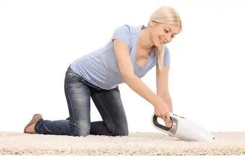 Limpar tapetes para evitar as alergias infantis.