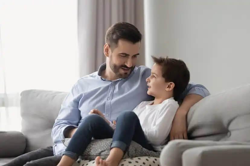 Pai conversando com seu filho sobre resiliência.