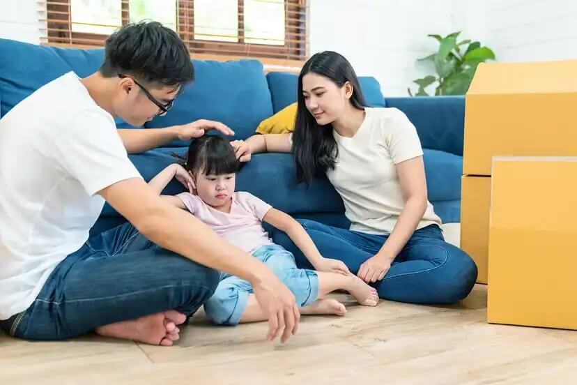 Pais conversando com a filha sobre maturidade emocional.