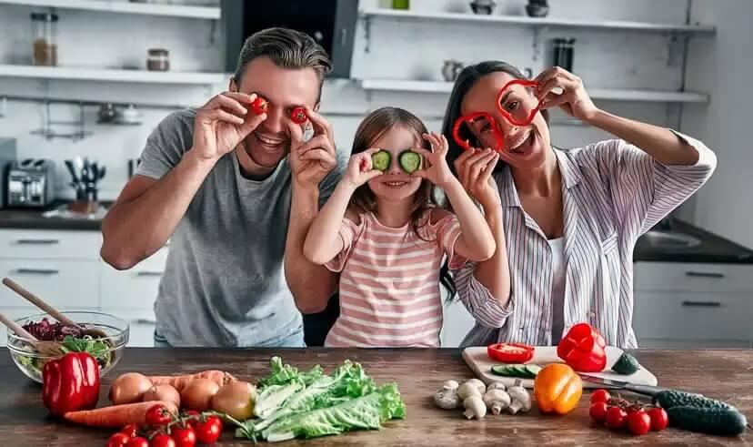 Família cozinhando depois de usar aplicativos de cozinha para crianças.