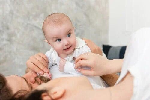 Ser sensível aos sinais do seu bebê leva a um apego seguro