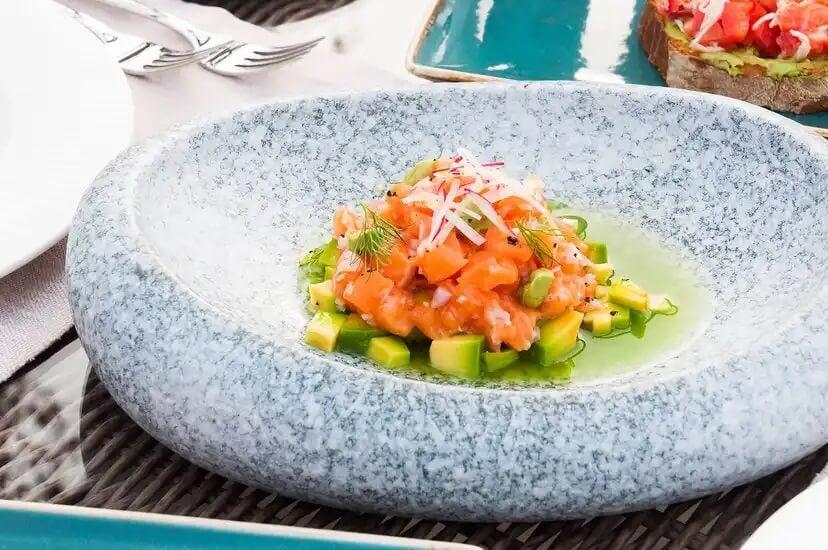 Tartar de salmão, uma das receitas para reduzir as dores menstruais.