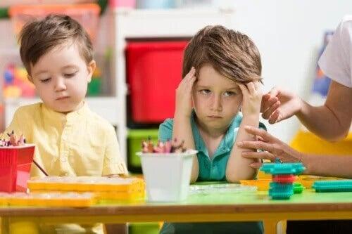 Crianças que perturbam os outros: o que fazer?