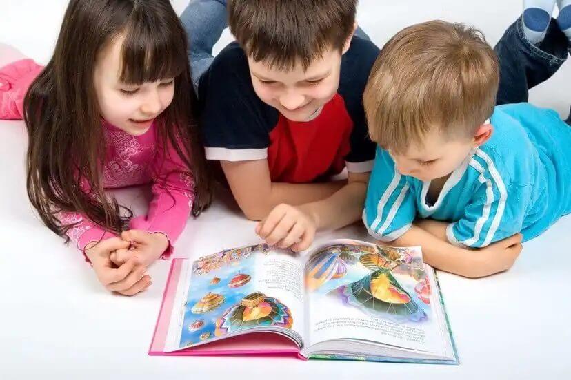 Crianças lendo juntas.