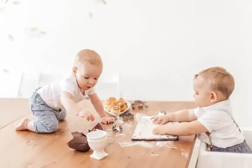 Bebês brincando com farinha