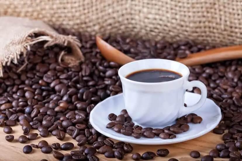 Entenda os riscos de tomar café na gravidez
