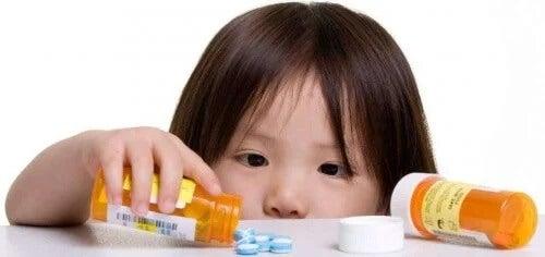 Perigos ao deixar medicamentos ao alcance das crianças