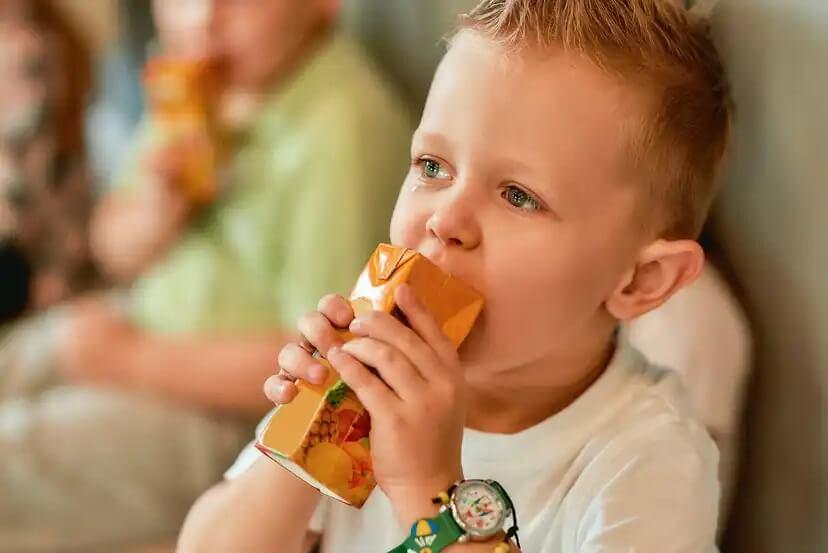 Suco de caixinha : um dos piores alimentos para os bebês