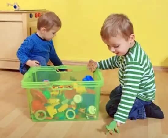 Crianças seguindo a tabela de tarefas domésticas