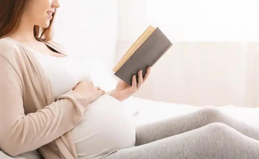 Grávida lendo livro.