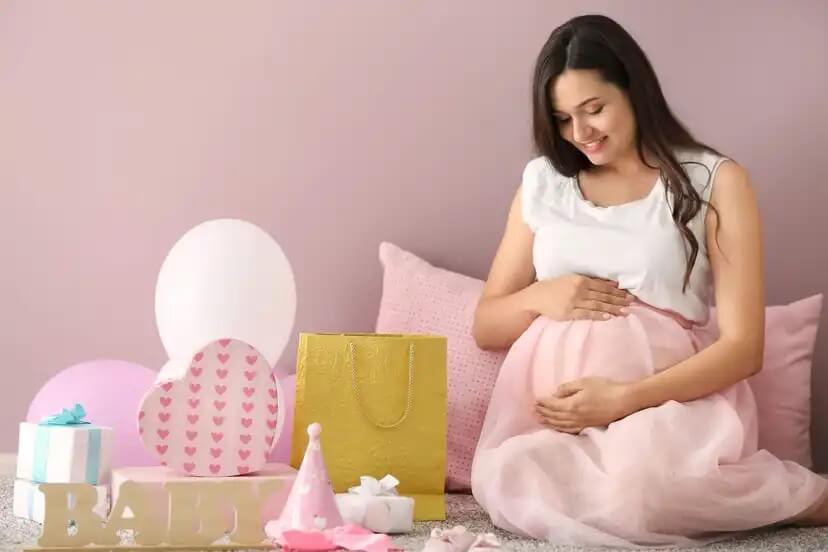Mulher grávida pensando em nomes inspirados em comidas para seu bebê.