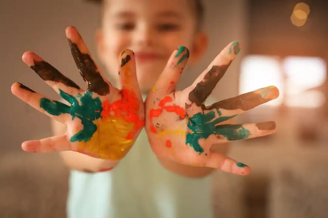 Atividades criativas com aquarela e tinta para crianças.