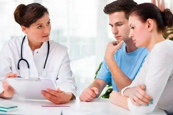 Médica explicando resultado do exame exame de Alfa-Fetoproteína do Soro Materno