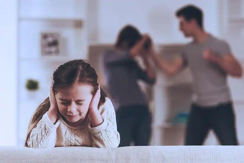 Menina suportando os gritos do pai com a mãe.