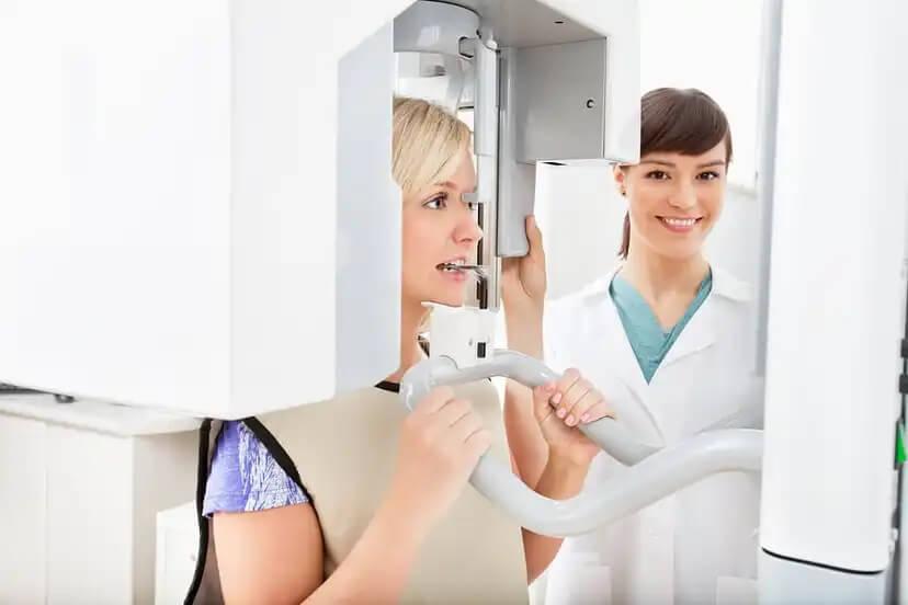 Mulher fazendo um raio-x odontológico