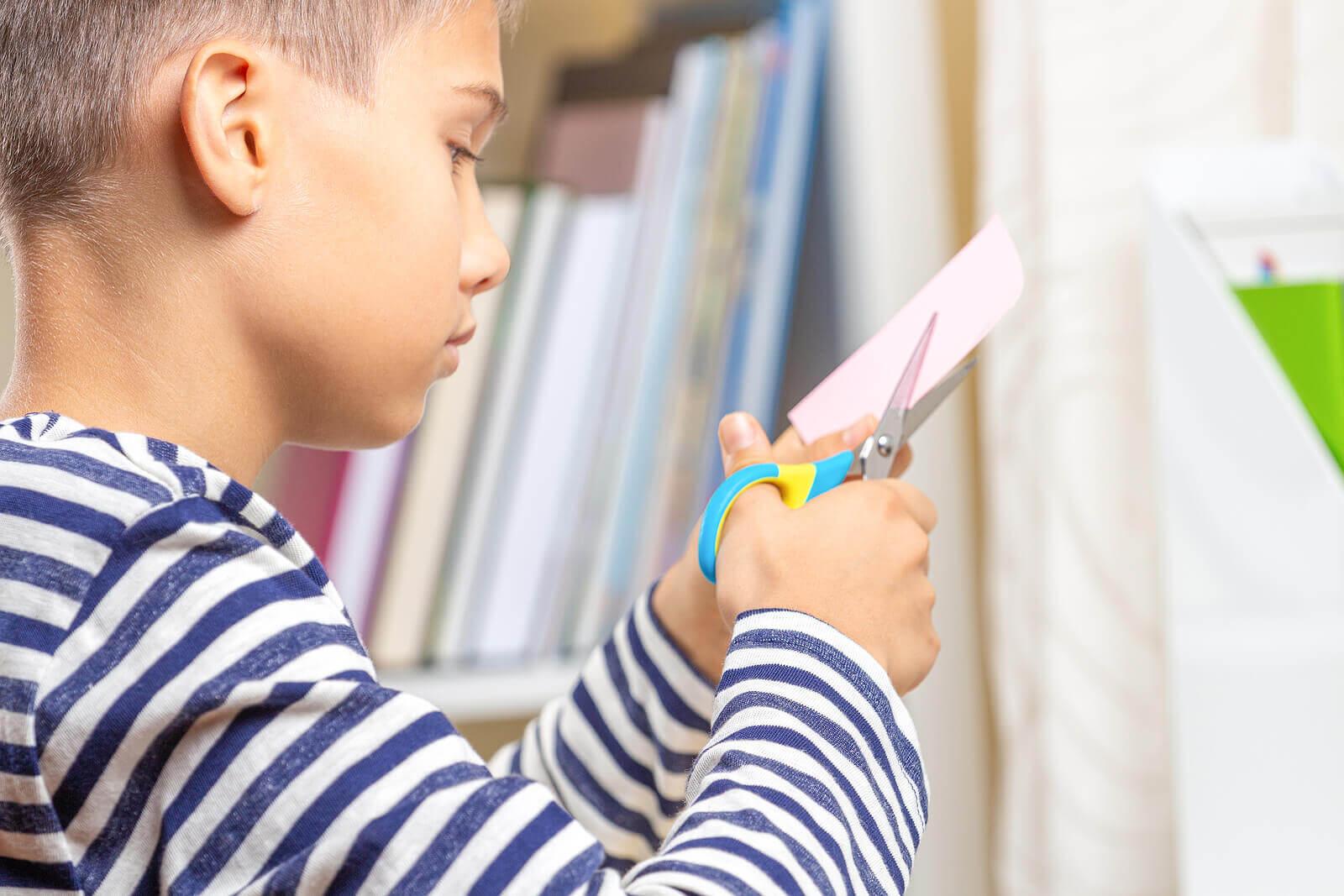 Criança fazendo um dos artesanatos com cartolina.